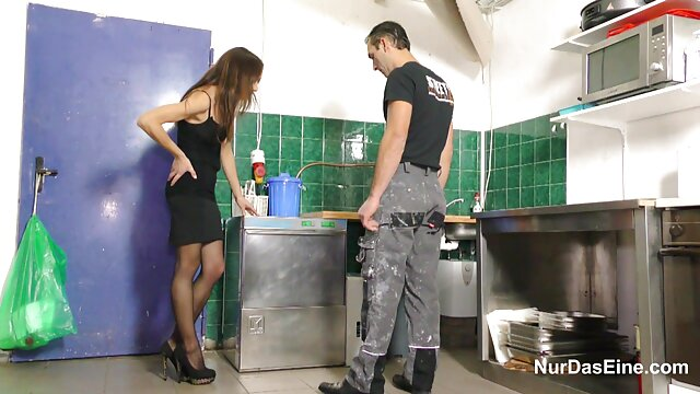 彼女の服を脱いで彼女の足を分割スケベな売春婦は、カメラの前で彼を記録した彼女の性的で豊満なボーイフレンドの唇で遊び始めました。 女性 用 アダルト 無 修正